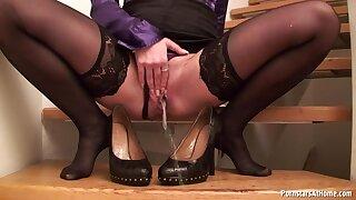 Glamour babe in stockings pissing scene